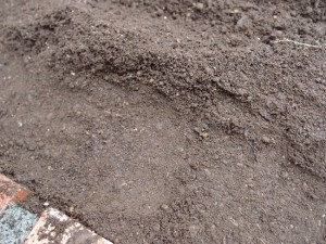 溝を掘る前に土を固める