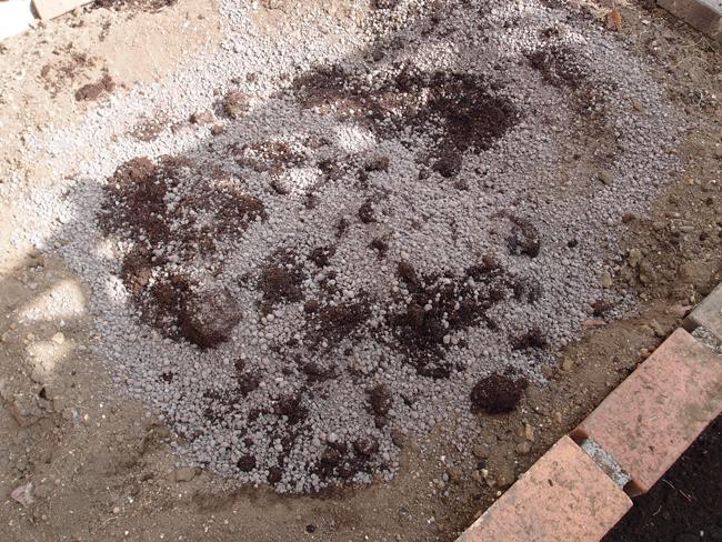 真ん中の穴に堆肥を入れる