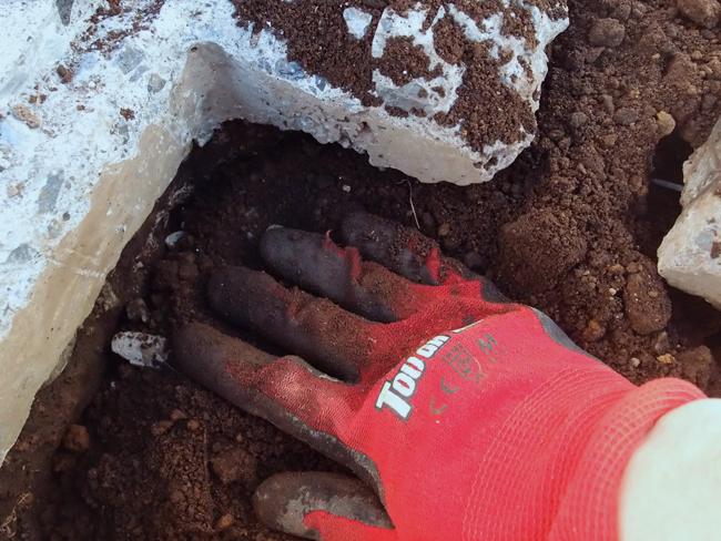散水栓に土を埋め戻す
