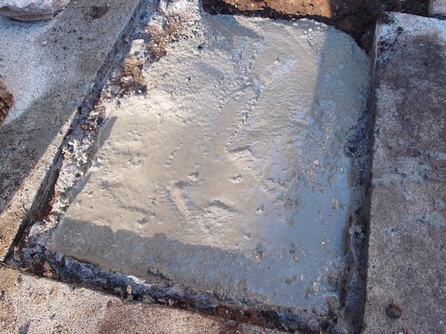 コンクリートで散水栓を埋め戻す