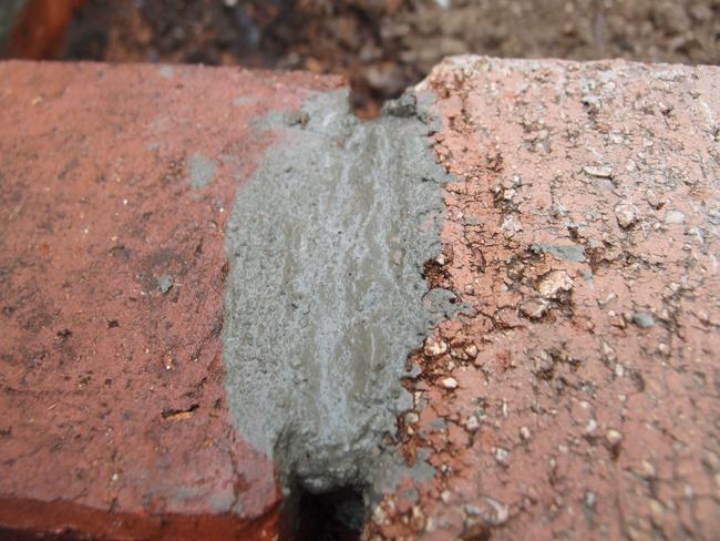 レンガがモルタルで汚れる