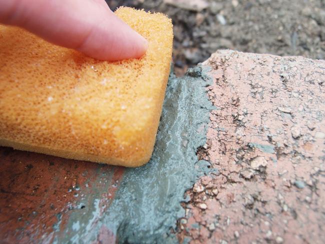 スポンジでモルタルを拭く